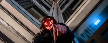 Killer Tipps für Daily Fantasy Sports-min: person waring blac kjacket while pointing finger near high-rise building photo